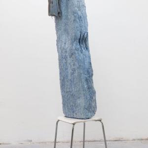 LALA, 2021.Resina, cemento, emulsión de latex, espuma de poliuretano, fibra de vidrio, lino, pigmento y taburete encontrado. 170 x 55 x 56 cm. DB-0004