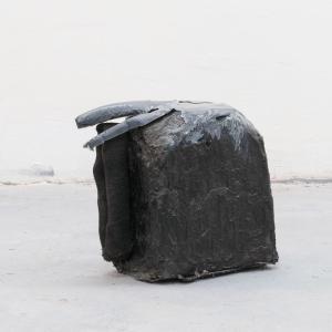 PURI, 2020. Resina, cemento, emulsión de latex, espuma de poliuretano, fibra de vidrio, lino y pigmento. 31 x 35 x 16.5 cm. DB-0009