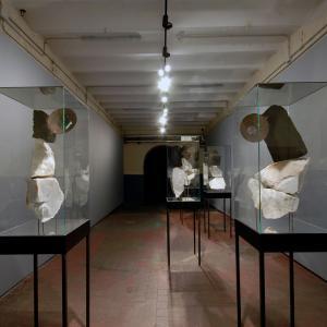 TÚ, 2018. Grupo de 6 esculturas: 60 x 60 x 240 cm c/u.Bronce, roble, mármol, inox, hierro, cristal, espejo, plexiglas, amazonita, fluorita, amatista cactus, cianita, sodalita, rubelita.