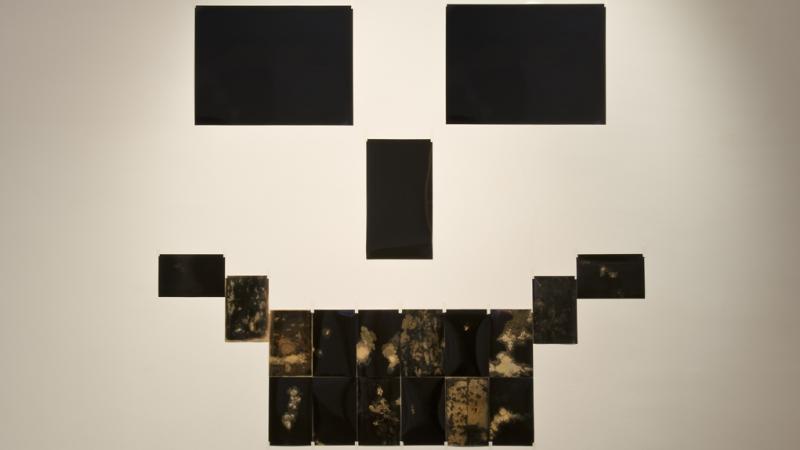 TENDING TO BLACK, 2014. Fotografía negra manipulada. 153 x 181 cm.