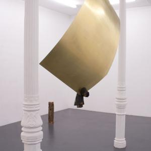 Jacobo Castellano. SIN TÍTULO, 2017. Madera y latón. 198 x 160 x 30 cm